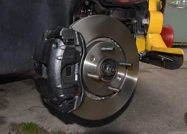 Changement disques et plaquettes de freins avant sur Secma F16 14633852082_224e7b7dcc_z