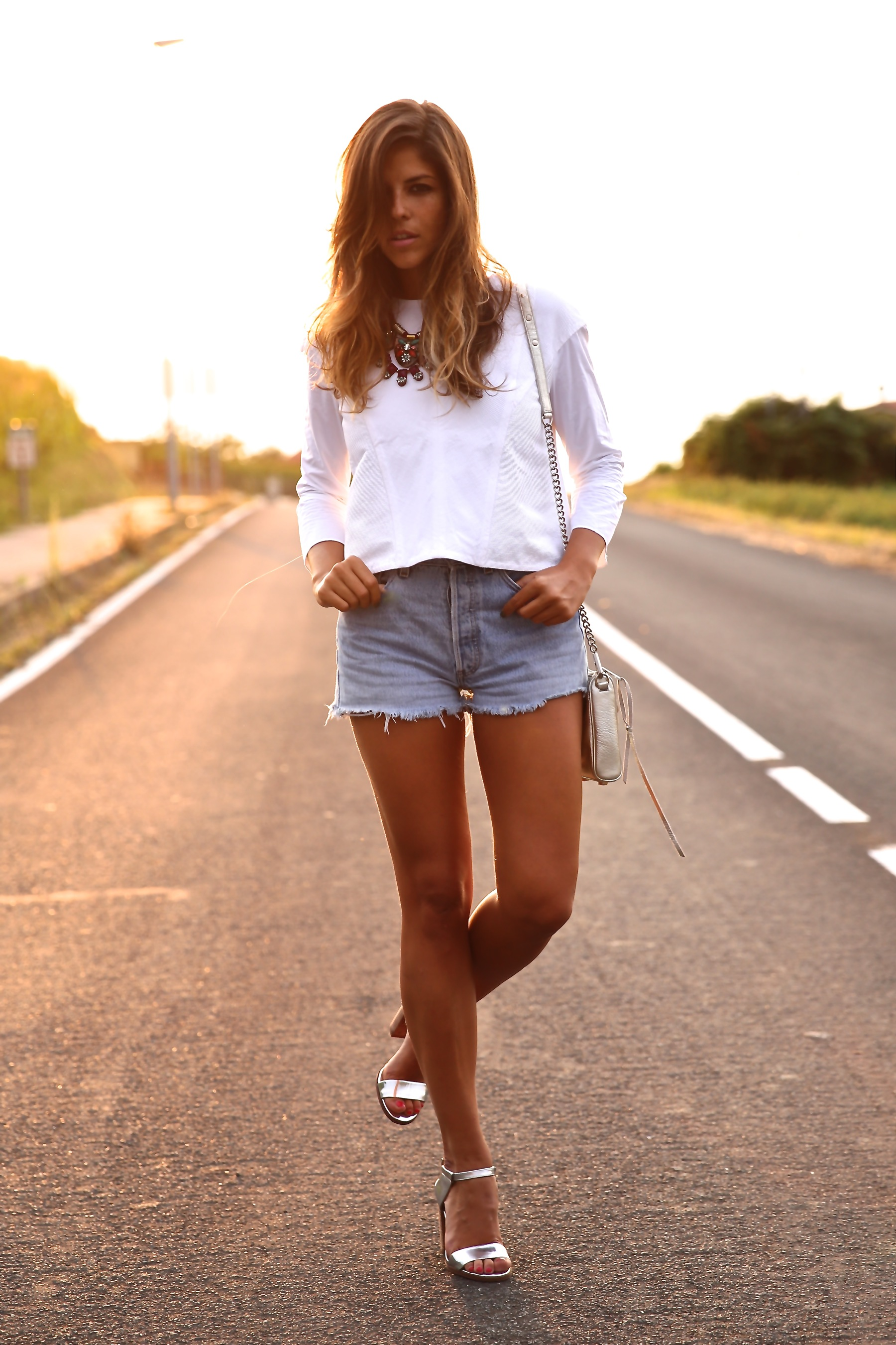 trendy_taste-look-outfit-street_style-ootd-blog-blogger-fashion_spain-moda_españa-coach-silver_sandals-sandalias_plata-white_top-top_blanco-levi's-denim_shorts-shorts_vaqueros-14