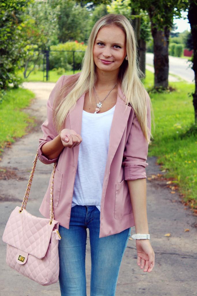 ash-blonde-hair-with-highlights-fashion-blog