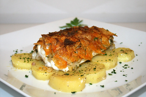 33 - Steinbeißer mit Kartoffelchipskruste  Seitenansicht / Fish filet with potatoe chips crust - Side view