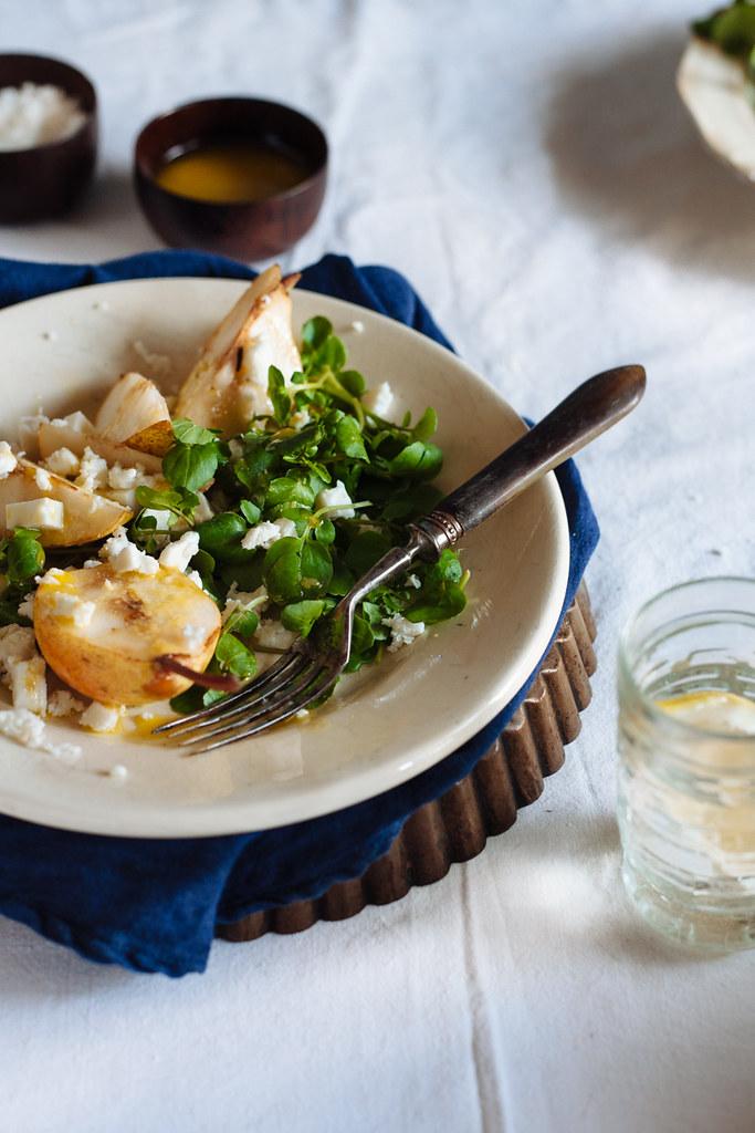 Salada de pera rocha com queijo de cabra e agrião