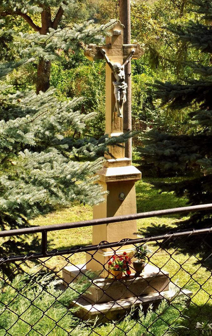 Kríž v kostolnej záhrade
