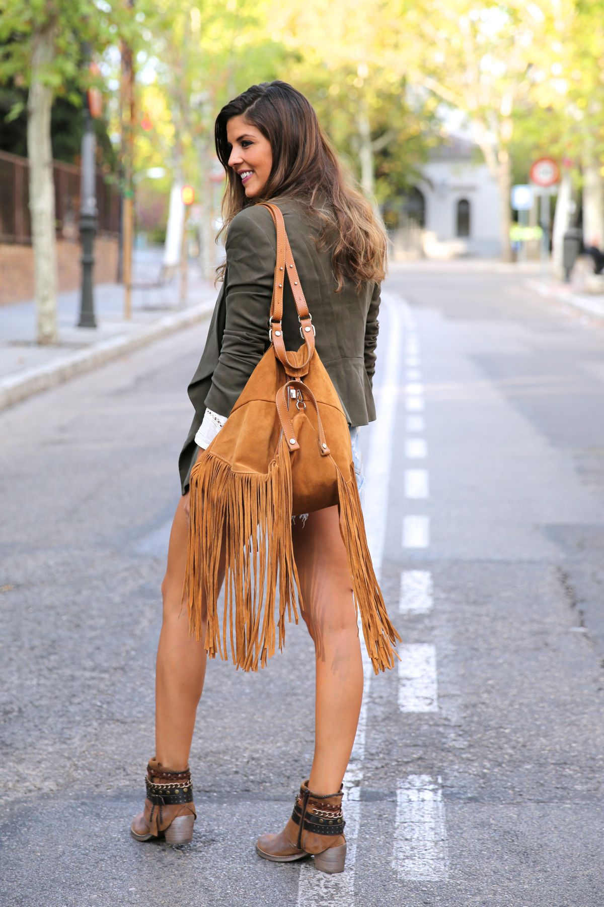trendy_taste-look-outfit-street_style-ootd-blog-blogger-fashion_spain-moda_españa-boho-hippie-flecos-botines_camperos-cowboy_booties-mochila-backpack-blusa-camisa-denim-shorts-vaqueros-11