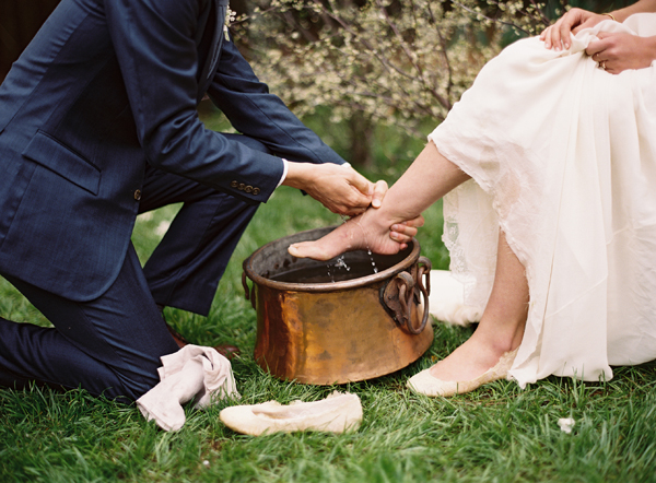 groom-washing-feet-bride