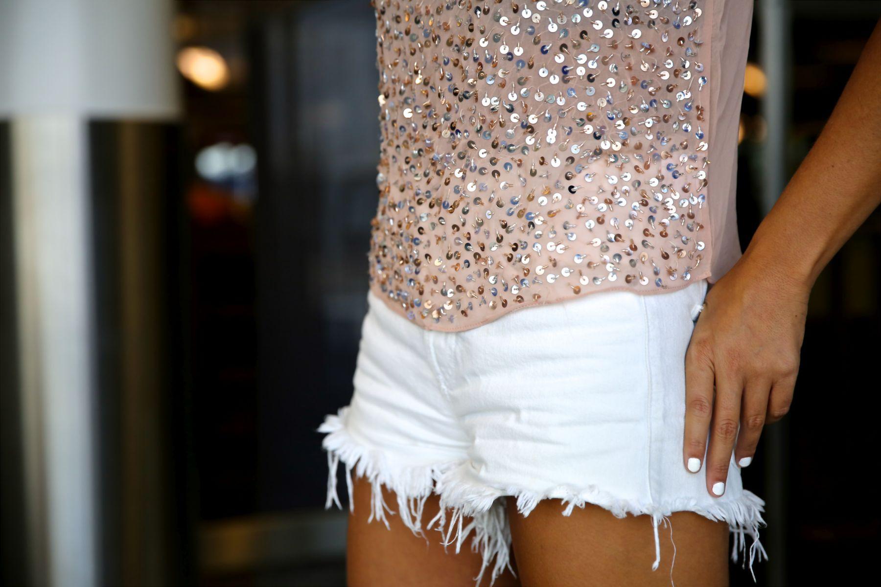 trendy_taste-look-outfit-street_style-ootd-blog-blogger-fashion_spain-moda_españa-traveling-viaje-frankfurt-stan_smith-adidas-lentejuelas-top-denim-shorts-vaqueros_rotos-4