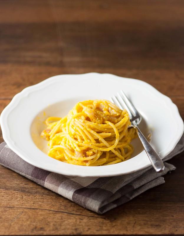 pasta con pesto di zucca, pinoli e pancetta