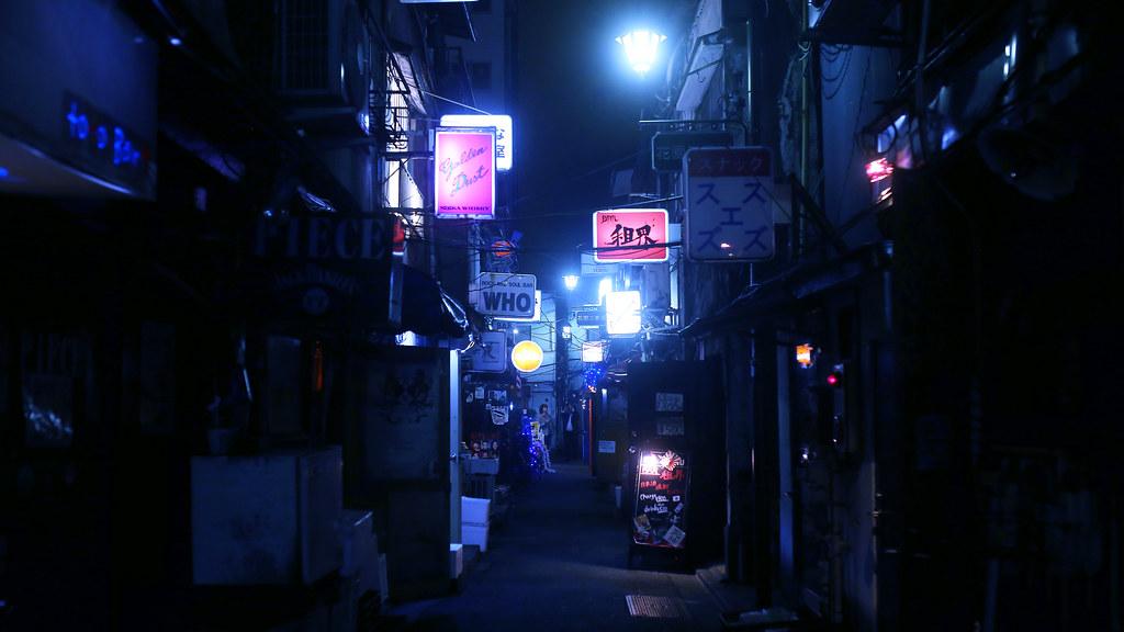 新宿花園一番街 Shinjuku, Japan / Sigma 35mm / Canon 6D 新宿花園一番街,這裡有很多小間的酒吧,這次本來想要挑戰進去喝一杯,但好像沒有看到喜歡的店,放棄!  東京現在有很多觀光客,有些酒吧就不收入場費,有的還免費招待酒水(首杯吧)  相機色調沒壞,只是想嘗試看看這樣色調的表現,這裡一直是我想要等下雪的場景。  東京啊,什麼時候才可以剛好下雪而我也剛好在呢?  Canon 6D Sigma 35mm F1.4 DG HSM Art IMG_9598_16x9 Photo by Toomore