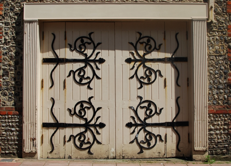 chambray and curls symmetry in door details
