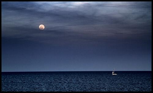 barcelona blue sunset sea moon azul sailboat mar twilight mediterranean mediterraneo sailing catalonia luna fullmoon catalunya blau vela lunallena ocaso cataluña anochecer dickinson vespre crepúsculo velero lluna llunaplena veler rogelio crepuscle mediterrània ocàs cataluña