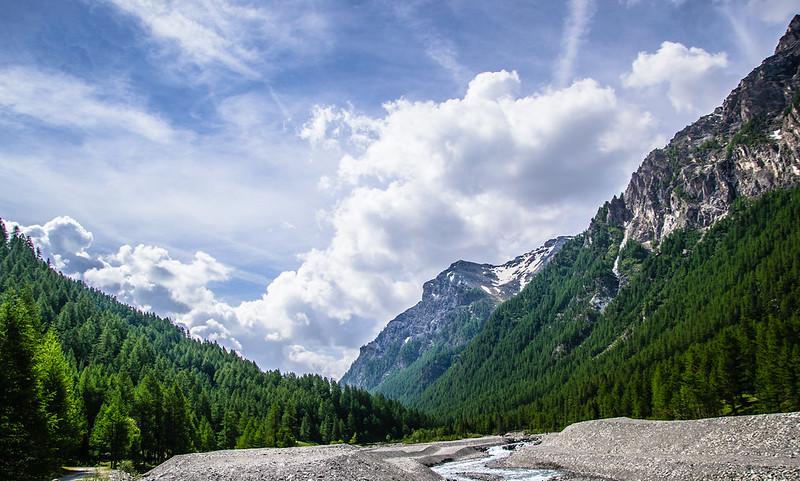 sentiero verso il rifugio Troncea, colori e natura