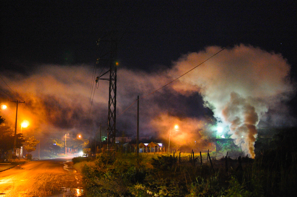 El humo proveniente de la fabricación del carbón vegetal es visto en la ruta Avelino Martínez, en el trayecto que une las ciudades de San Lorenzo y Ñemby. (Elton Núñez)