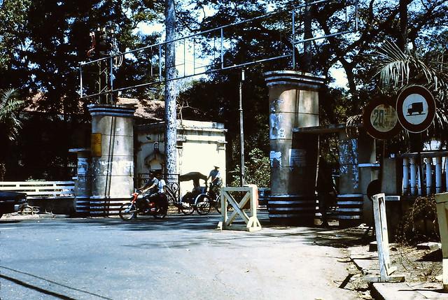 SAIGON 1970-71 - Cổng Vườn Tao Đàn phía đường Hồng Thập Tự