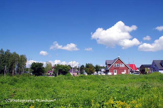 青空に白い雲@キッチンの窓
