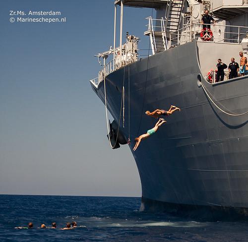 Bemanningsleden duiken van het schip