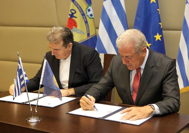Υπογραφή απόφασης για το αεροδρόμιο Τριπόλεως από τον ΥΕΘΑ Δ. Αβραμόπουλο και τον ΥΥΠΟΜΕΔΙ Μ. Χρυσοχοΐδη