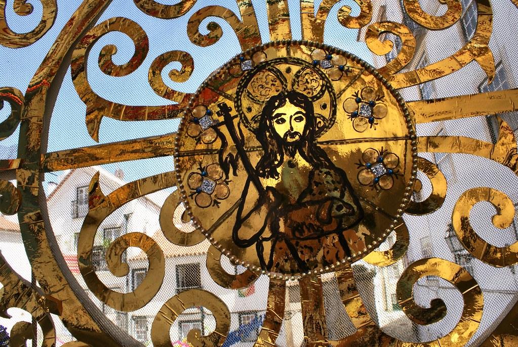 Décoration religieuse lors d'une fête dans l'Alfama à Lisbonne.
