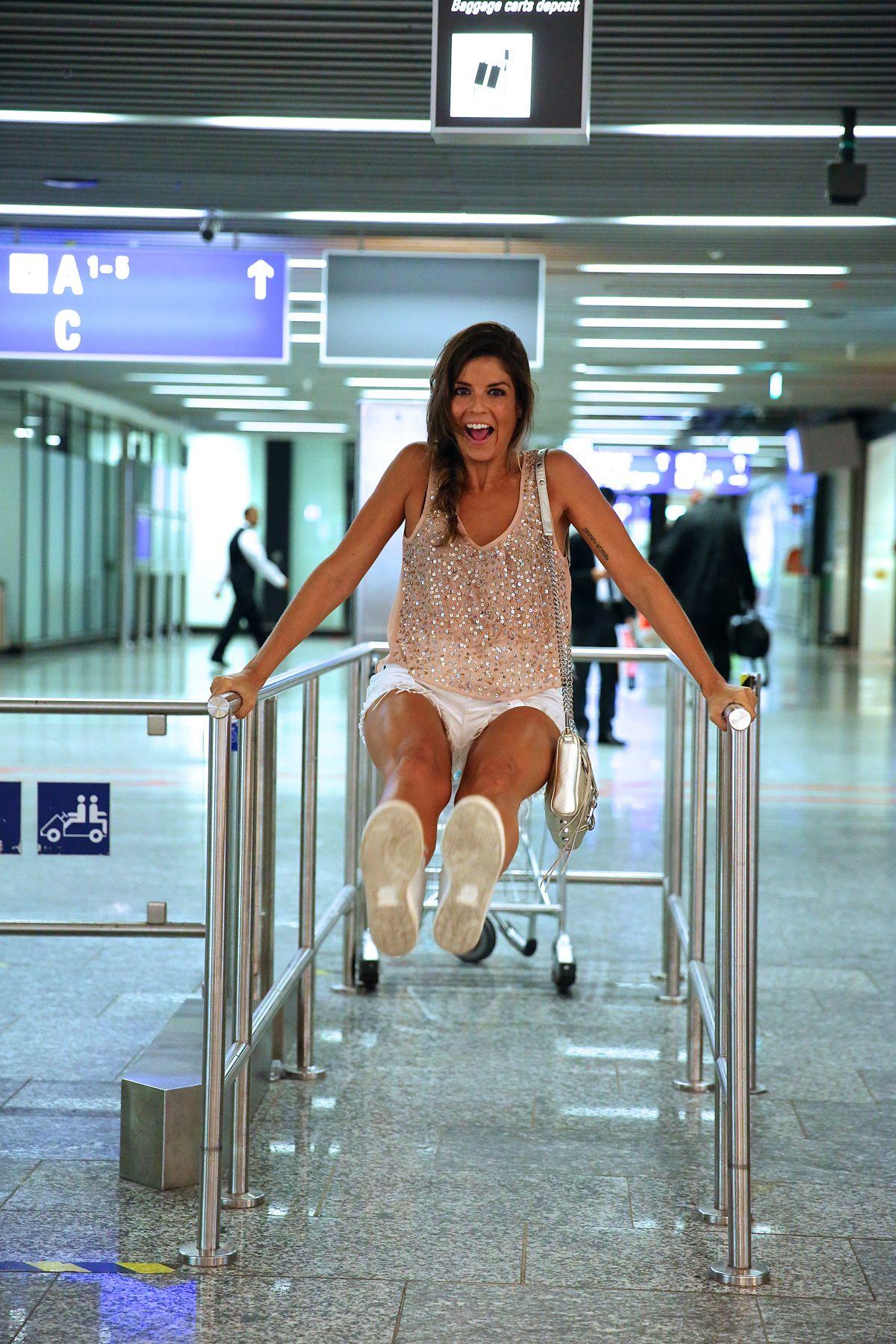 trendy_taste-look-outfit-street_style-ootd-blog-blogger-fashion_spain-moda_españa-traveling-viaje-frankfurt-stan_smith-adidas-lentejuelas-top-denim-shorts-vaqueros_rotos-14