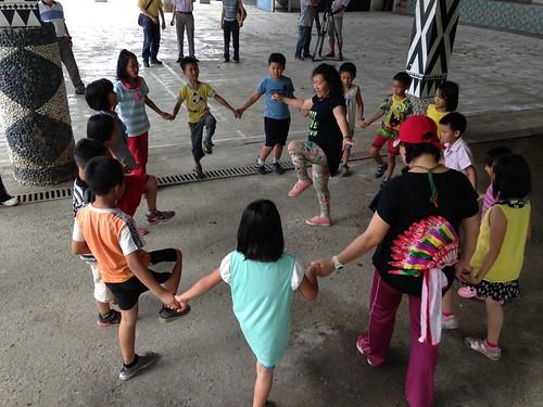 五晶阿姨帶著孩子跳舞。