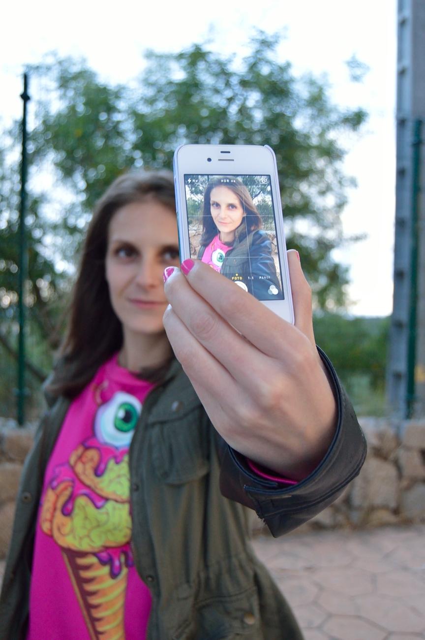 lara-vazquez-madlula-fashion-green-pinl-selfie