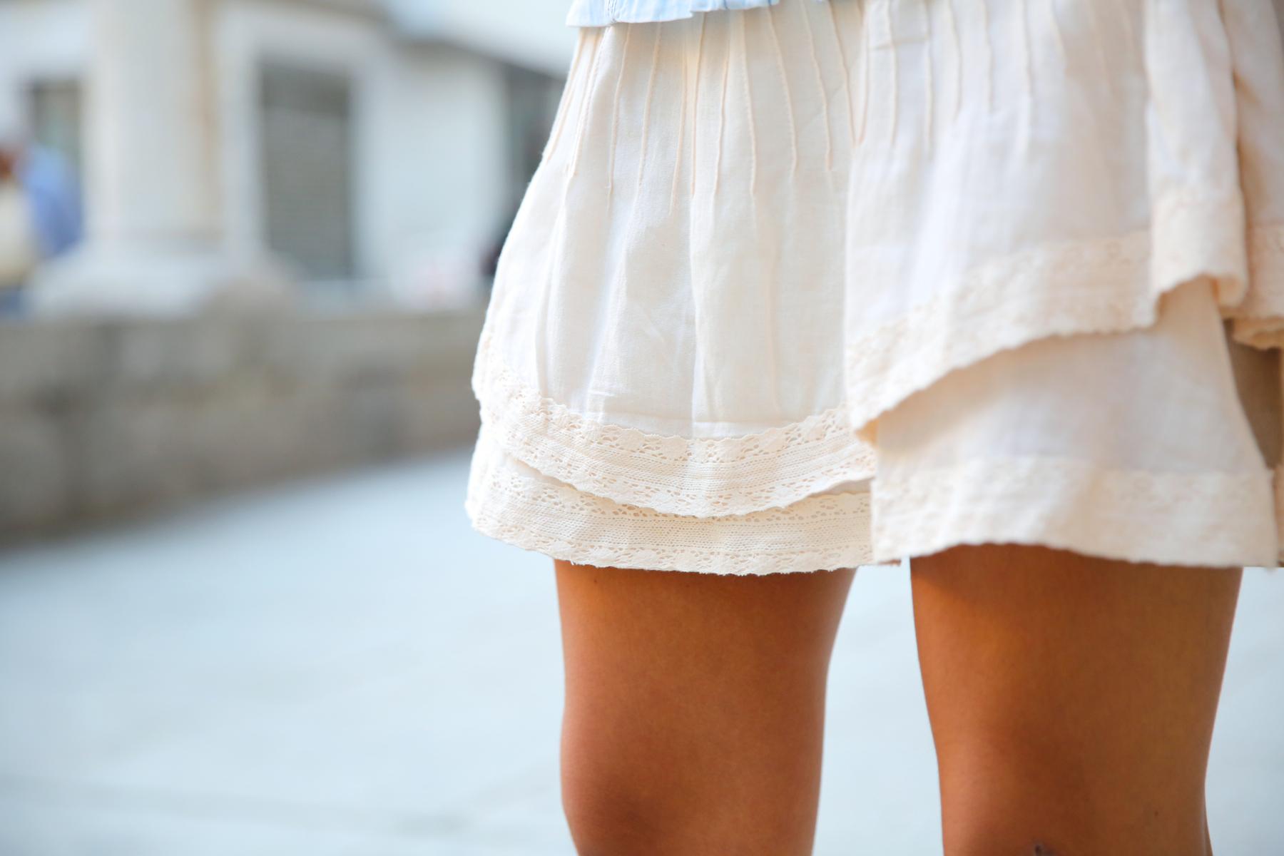 trendy_taste-look-outfit-street_style-denim-blog-blogger-fashion_spain-moda_españa-botines_camperos-it_shoes-cowboy_booties-skirt-falda-bolso_flecos-fringes_bag-camisa_vaquera-denim_shirt-3