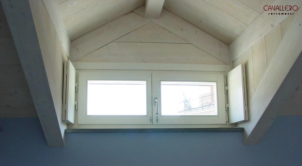Finestra interna stanza vuota con pavimento in parquet - Finestra interna per bagno cieco ...