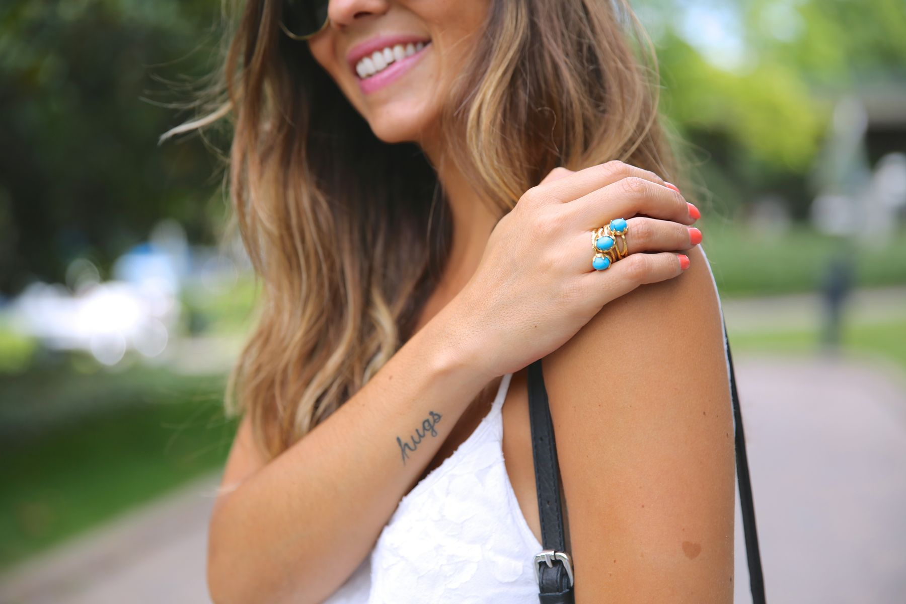 trendy_taste-look-outfit-street_style-ootd-blog-blogger-fashion_spain-moda_españa-fringed_bag-bolso_flecos-sandalias-verano-summer_sandals-ugg_australia-denim_shorts-shorts_vaqueros-oversize-2