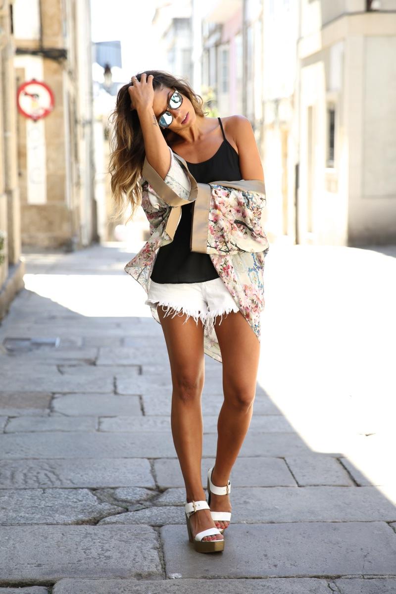 trendy_taste-look-outfit-street_style-ootd-blog-blogger-fashion_spain-moda_españa-kimono-white_sandals-sandalias_altas_plataformas-guess-denim_white_shorts-shorts_vaqueros_blancos-11