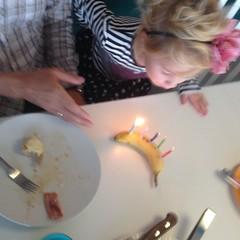 Loppe blåser ut banan #hurra #hurrrraaaahhh #wilmafemår