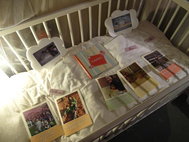 嬰兒床裡放了部落客們的文章,可以自行翻閱唷@駁二幾分甜人生況味展