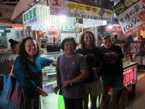 學員創意至墾丁大街推廣減塑行動,外籍講師也陪伴、欣賞成果。攝影:林育朱。