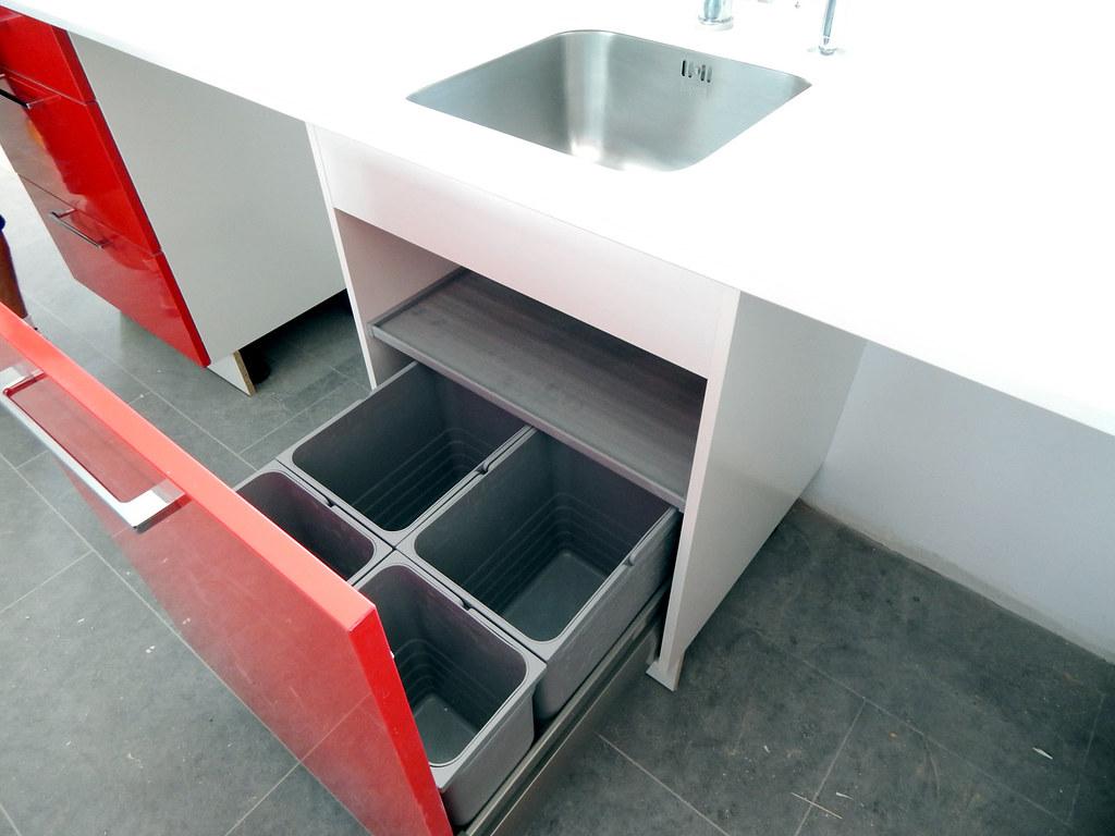 Muebles de cocina modelo neo en rojo - Cubos de basura extraibles ...