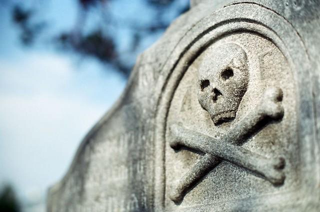 Изображение костей Адама на гранитном кресте