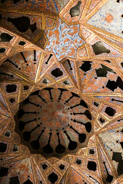 "Beautifully decorated ceiling of ""music room"", Ali Qapu palace, Isfahan イスファハン、アーリー・ガープー宮殿「音楽堂」の天井装飾"