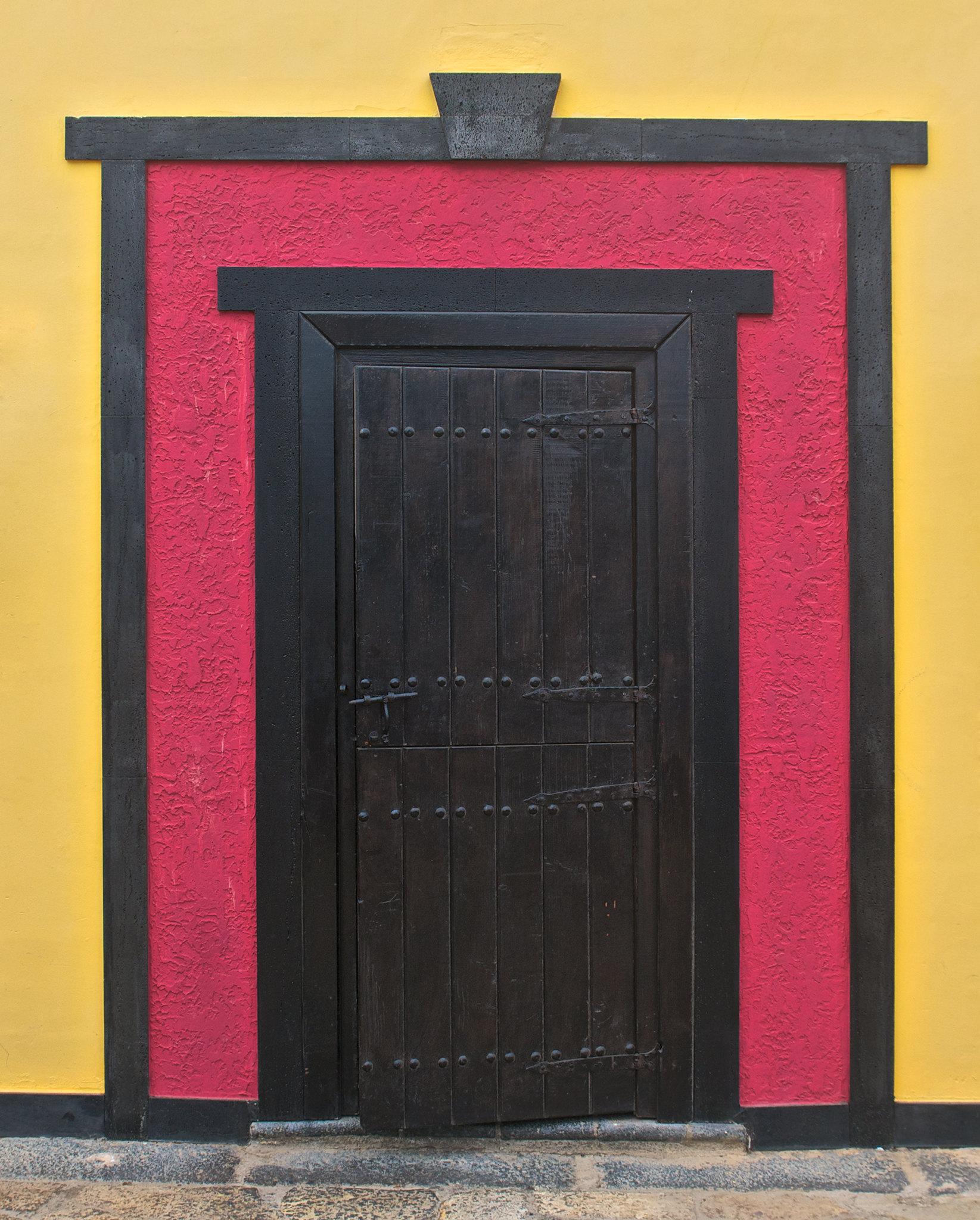 أبوابٌ و حوائِط