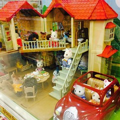 What would you do if all of us live like the Sylvanian Families? CHIC! Sooooo cute! ^_^