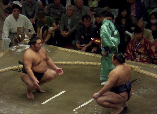Kakuryu (left) vs Chiyotairyu
