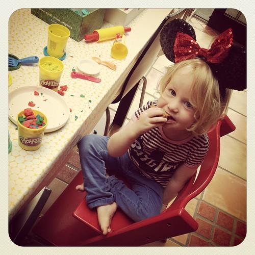 Broodpudding eten in stijl terwijl je met de plasticine speelt!
