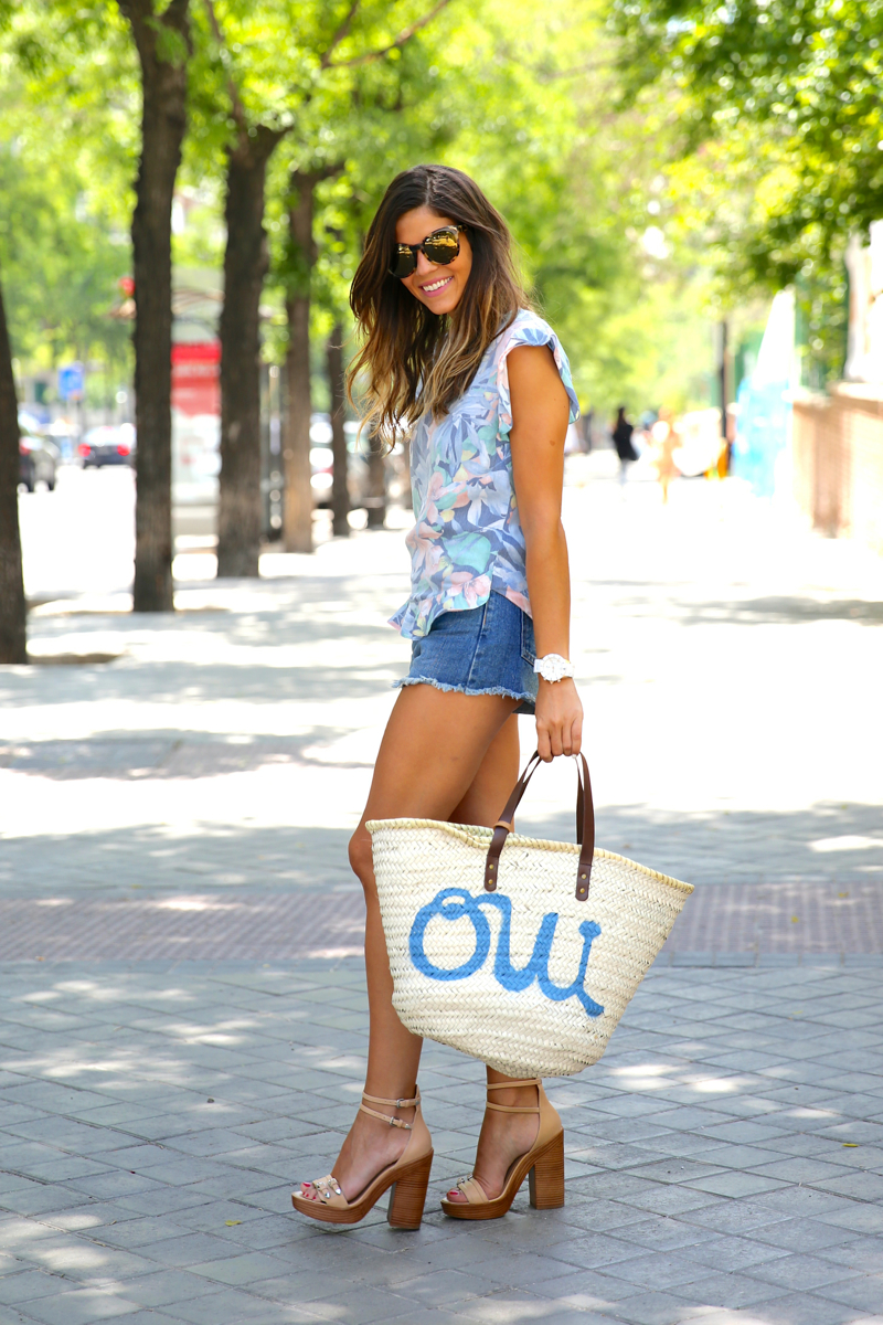 trendy_taste-look-outfit-street_style-oot-blog-blogger-fashion_spain-moda_españa-flower_print-estampado_flores-capazo-verano-summer-beach-playa-zara-denim_shorts-shorts_vaqueros-hype-14
