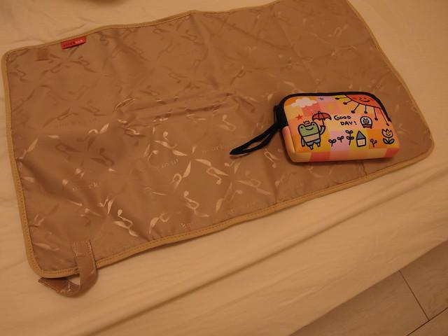 Storksak Olivia Moss 金棕奧莉薇包,尿布墊的大小比例,大概是一般尿布墊的三分之一大