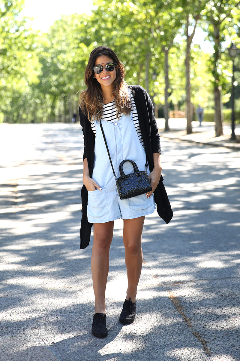 trendy_taste-look-outfit-street_style-ootd-blog-blogger-fashion_spain-vaquero_claro-peto_vaquero-tirantes-striped_tee-camiseta_rayas-marinero-dior_sunnies-gaimo-21