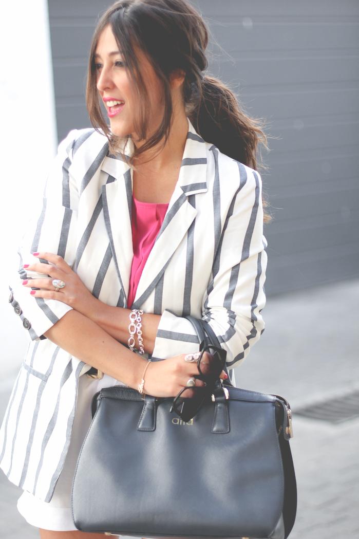 look del blog de moda sentadaenprimerafila con blazer de rayas, bermudas blancas y bolso de aïta