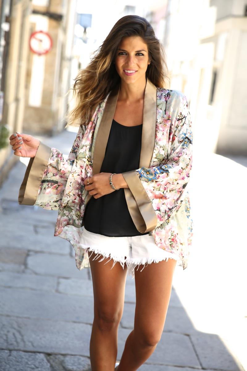 trendy_taste-look-outfit-street_style-ootd-blog-blogger-fashion_spain-moda_españa-kimono-white_sandals-sandalias_altas_plataformas-guess-denim_white_shorts-shorts_vaqueros_blancos-7