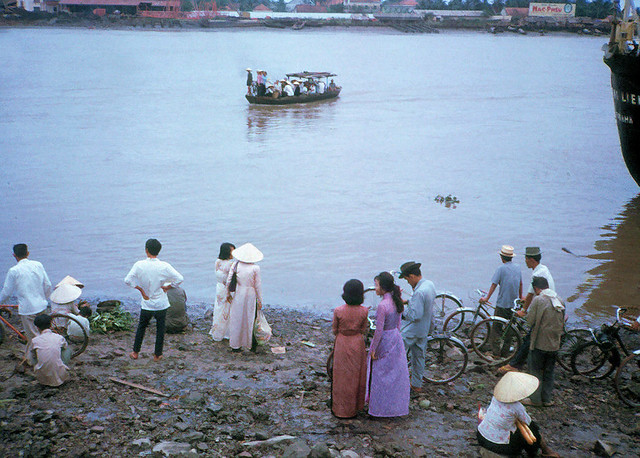 Saigon 1965 - Photo by John Hentz - Bến sông xưa