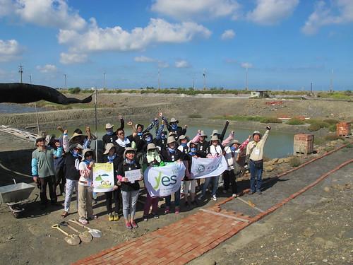 開工前合照。南布袋濕地鱟生態復育池工作假期,鋪設紅磚步道