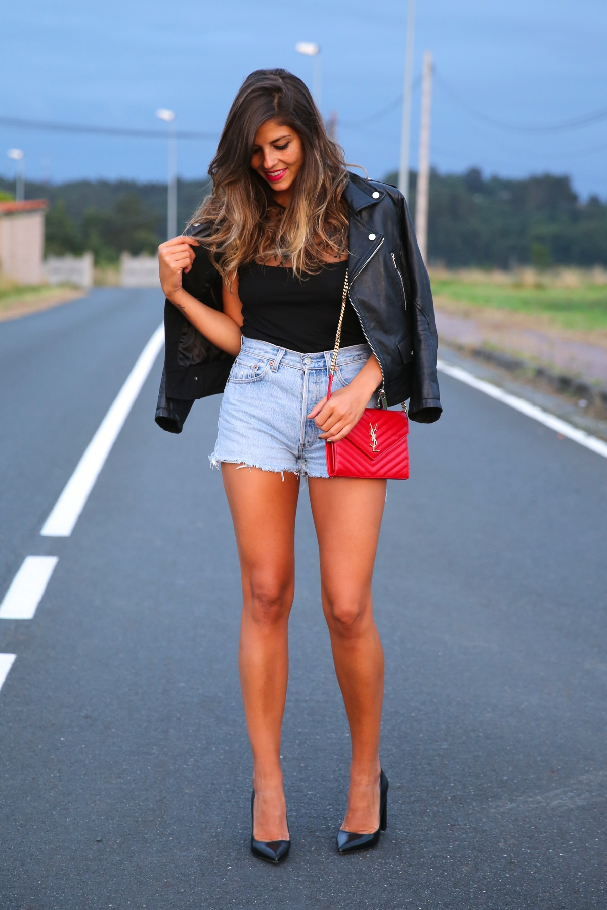 trendy_taste-look-outfit-street_style-ootd-blog-blogger-fashion_spain-moda_españa-denim_shorts-shorts_vaqueros-chaqueta_cuero-leather_jacket-ysl-saint_laurent-10