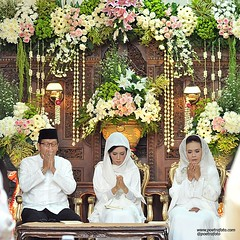 Berdoa. Dekorasinya indah sekali.   Beautiful #weddingdecoration on Puteri+Rifki #weddingceremony | #javanesewedding #muslimwedding at #Yogyakarta #IndonesianWedding | #wedding #photowedding by @poetrafoto #indonesianweddingphotographer