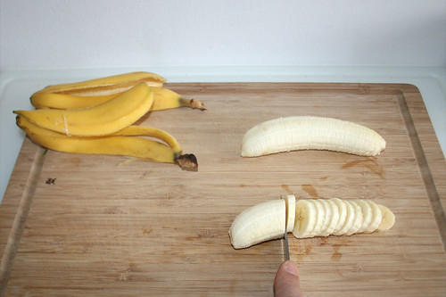 20 - Bananen in Scheiben schneiden / Cut bananas in slices