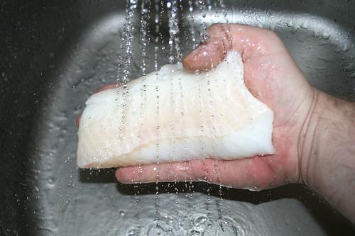 25 - Fischfilets waschen / Wash fish filets