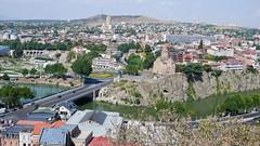 Most i kościoł Metechi, na drugim planie cerkiew Sameba. Tbilisi.