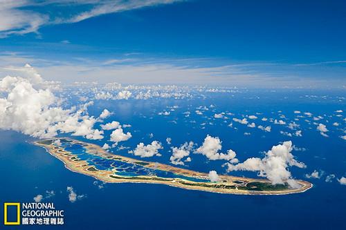 在國家地理學會「原始海洋計畫」的推波助瀾之下,太平洋偏遠角落的一片海底天堂,包括照片中的加羅林島周圍海域,即將受到保護。攝影:Brian Skerry;圖片提供:《國家地理》雜誌中文版2014年9月號